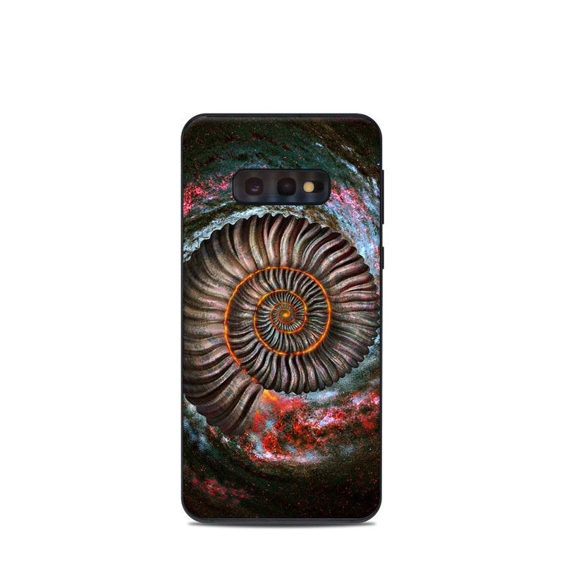 Samsung Galaxy S10e Skin design of Spiral, Fractal art, Vortex, Circle, Art, Ammonoidea with black, brown, red, white, blue, green colors