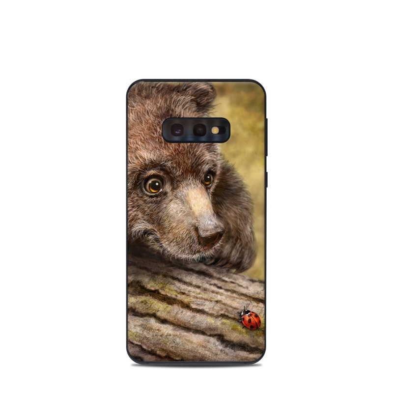 Samsung Galaxy S10e Skin design of Vertebrate, Mammal, Terrestrial animal, Brown bear, Nature, Wildlife, Grizzly bear, Snout, Bear, Carnivore with brown, black, red, green colors