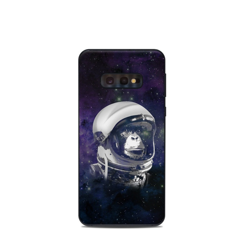 Samsung Galaxy S10e Skin design of Helmet, Astronaut, Personal protective equipment, Illustration, Space, Outer space, Headgear, Fictional character, Sports gear, Football gear with black, gray, blue, white colors